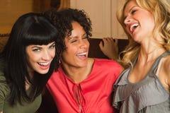 Amies riant et traînant Image libre de droits