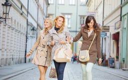 Amies riantes marchant autour de la vieille ville Photographie stock