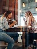 Amies se préparant à l'examen se reposant ensemble à la table Photos libres de droits