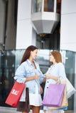Amies se réunissant au centre commercial Images stock