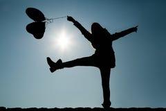 Amies soulevant la jambe et les bras dans le ciel Photo libre de droits