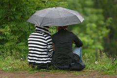 Amies sous un parapluie Image stock