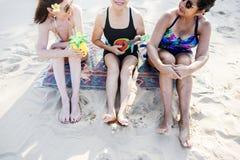 Amies supérieures de femmes sur la plage Image stock