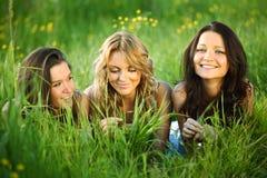 Amies sur l'herbe Photos libres de droits