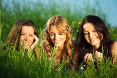 Amies sur l'herbe Photographie stock libre de droits