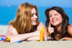Amies sur la plage Photo stock