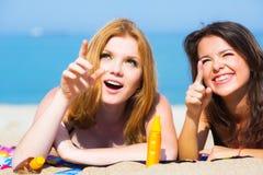 Amies sur la plage Photos libres de droits