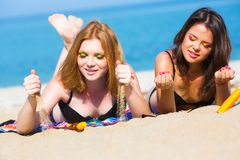 Amies sur la plage Photos stock