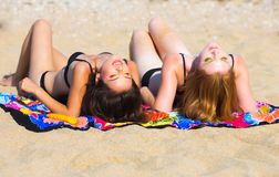 Amies sur la plage Photo libre de droits