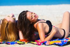 Amies sur la plage Photographie stock