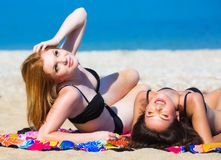 Amies sur la plage Images stock