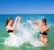 Amies sur la plage Images libres de droits