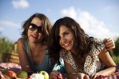 Amies sur le pique-nique Photographie stock libre de droits