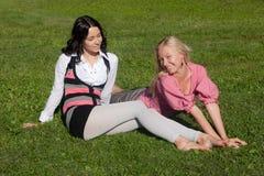 Amies sur une herbe Images libres de droits