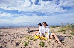 Amies sur une plage. Photos libres de droits