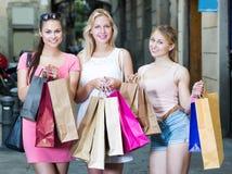 Amies tenant des sacs en papier d'achats Photo libre de droits