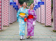 Amies utilisant le kimono traditionnel d'habillement Image stock