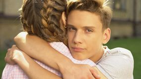 Amiga adolescente de abraço do noivo triste e vista na câmera, dificuldades filme