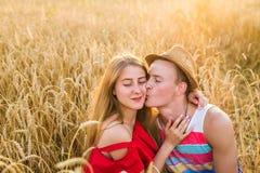 Amiga adolescente e noivo que têm o divertimento fora, beijo, abraçando, conceito do amor fotografia de stock royalty free