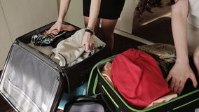 A amiga dobrou o roupa interior e as coisas em uma mala de viagem filme