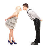 Amiga e noivo que tentam beijar Fotos de Stock