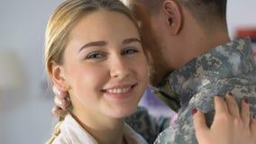 Amiga feliz que olha in camera de aperto o oficial do exército, retorno do veterano do exército filme