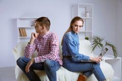 Amiga frustrante virada que pensa de conflitos da família após a luta com amiga, esposa pensativa triste decepcionada imagem de stock