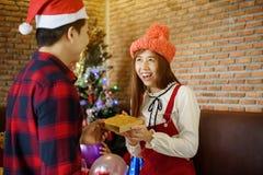 A amiga obtém o presente do Natal do noivo Fotografia de Stock