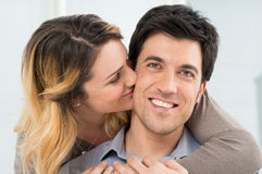 Amiga que beija seu noivo Imagem de Stock Royalty Free