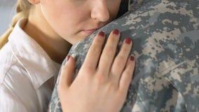 Amiga triste que abraça o noivo militar antes de sair, recrutamento do exército vídeos de arquivo