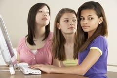 Amigas adolescentes no computador em casa fotografia de stock
