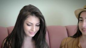 Amigas caucasianos novas bonitas que sorriem para selfies de uma tomada vídeos de arquivo