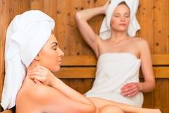 Amigas em termas do bem-estar que apreciam a infusão da sauna Foto de Stock Royalty Free