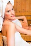 Amigas em termas do bem-estar que apreciam a infusão da sauna Fotografia de Stock