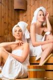 Amigas em termas do bem-estar que apreciam a infusão da sauna Foto de Stock