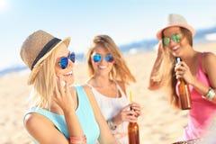 Amigas en comida campestre en la playa Fotos de archivo