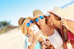 Amigas en comida campestre en la playa Fotografía de archivo