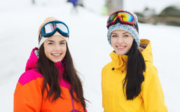 Amigas felices en gafas del esquí al aire libre Fotos de archivo libres de regalías