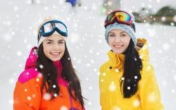 Amigas felices en gafas del esquí al aire libre Imagenes de archivo