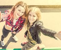 Amigas felices que toman un selfie en un día de verano Imagen de archivo libre de regalías