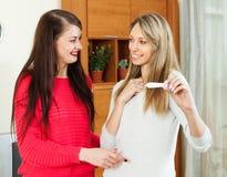 Amigas felizes com teste de gravidez foto de stock