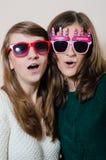 Amigas hermosas de las mujeres jovenes con las gafas de sol Foto de archivo libre de regalías