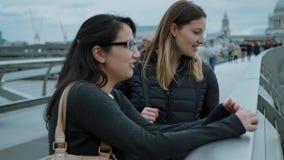 Amigas na ponte do milênio em Londres - viagem da cidade que sightseeing video estoque