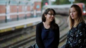 Amigas que esperam em uma plataforma de Londres no subsolo video estoque