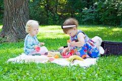 Amigas que juegan en parque Fotografía de archivo libre de regalías