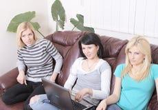Amigas que surfam no Internet e que têm o divertimento Foto de Stock Royalty Free