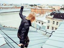 Amigas reales rubias frescas que hacen el selfie en el top del tejado, lifestyl Imagenes de archivo
