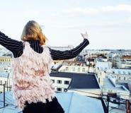 Amigas reales rubias frescas que hacen el selfie en el top del tejado, lifestyl Fotografía de archivo libre de regalías