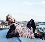 Amigas reales rubias frescas que hacen el selfie en el top del tejado, lifestyl Fotografía de archivo