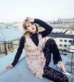 Amigas reales rubias frescas que hacen el selfie en el top del tejado, lifestyl Foto de archivo libre de regalías